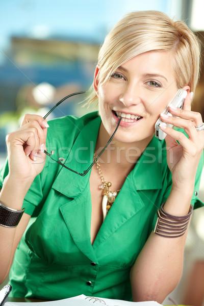 Jóvenes mujer de negocios hablar móviles sesión escritorio Foto stock © nyul