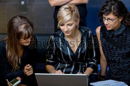 Praten hoofdtelefoon twee jonge klantenservice vergadering Stockfoto © nyul