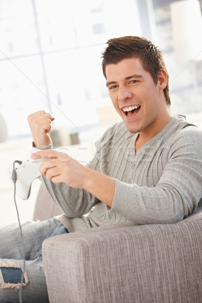 Jonge man spelen computerspel genieten bedieningshendel Stockfoto © nyul