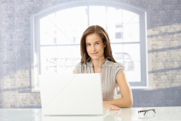 Stock fotó: Boldog · üzletasszony · napos · iroda · ül · laptop · számítógép