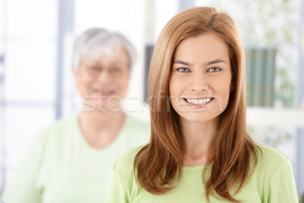 Foto stock: Retrato · atraente · mulher · jovem · sorridente · alegremente · senior