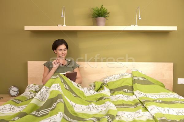 Mujer lectura libro cama gafas Foto stock © nyul