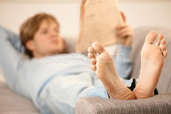 Człowiek czytania sofa powrót gazety skupić Zdjęcia stock © nyul