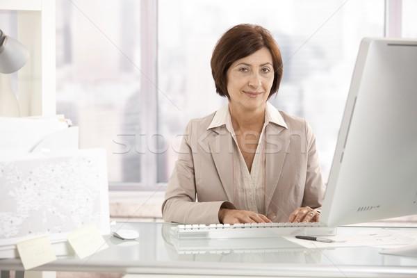 Zdjęcia stock: Portret · starszy · kobieta · interesu · posiedzenia · uśmiechnięty