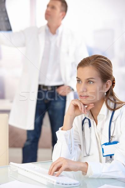 小さな 女性 医師 作業 コンピュータ オフィス ストックフォト © nyul