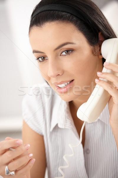 Szépség sötét haj hívás gesztikulál mosolyog iroda Stock fotó © nyul