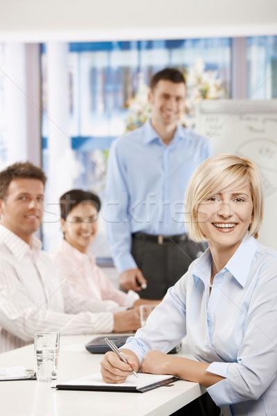 ストックフォト: 幸せ · 女性実業家 · 会議 · 座って · 表 · 会議室
