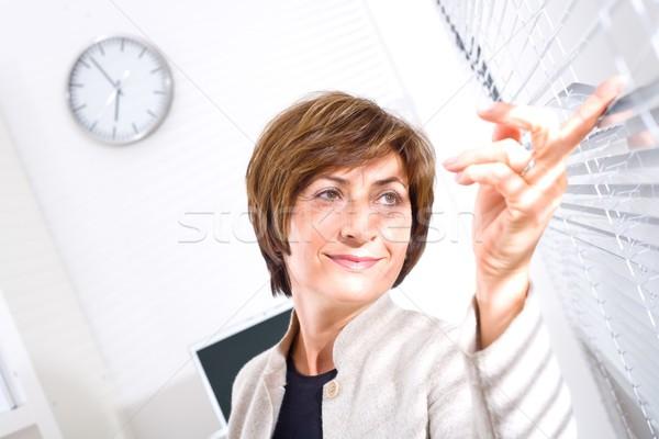 Foto stock: Altos · mujer · de · negocios · sesión · oficina · mirando · ventana