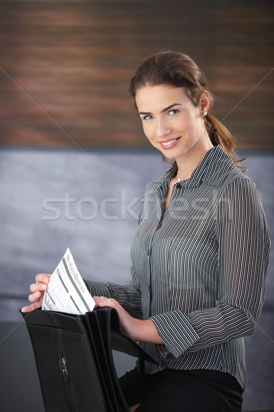 Atractivo mujer de negocios sonriendo felizmente jóvenes Foto stock © nyul