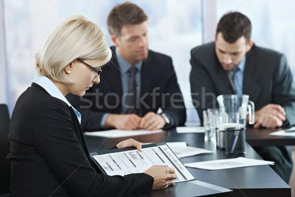Profesional documentos reunión mujer de negocios reunión de negocios Foto stock © nyul