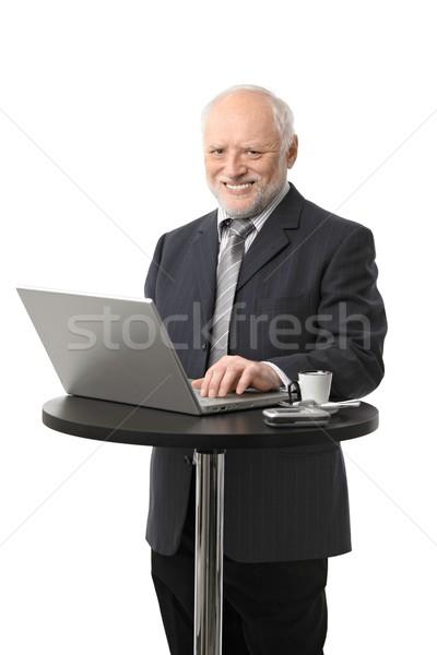 Foto stock: Feliz · senior · empresário · retrato · usando · laptop
