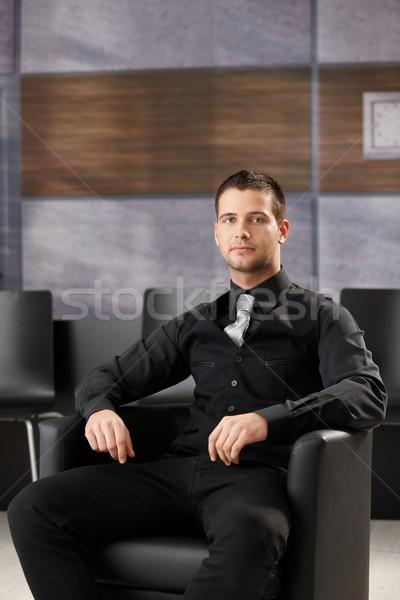 Zdjęcia stock: Młodych · biznesmen · posiedzenia · spotkanie · przystojny · sala · konferencyjna