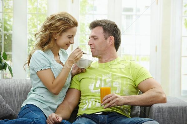 Desayuno junto amor Pareja comer cereales para el desayuno Foto stock © nyul