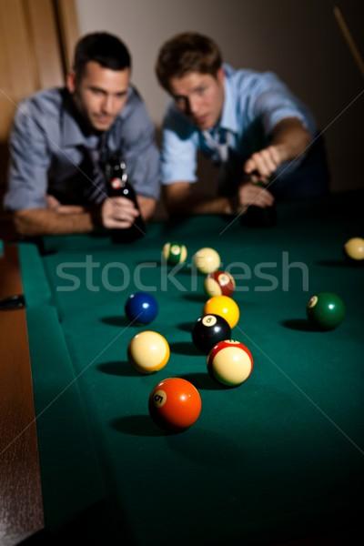 Barátok játszik snooker kettő fiatal férfiak megbeszél Stock fotó © nyul