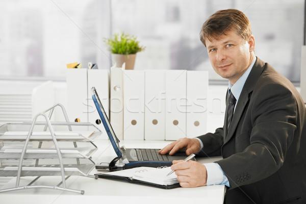 Stock fotó: üzletember · laptopot · használ · számítógép · dolgozik · iroda · néz
