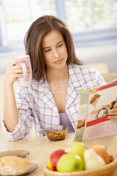 женщину чтение журнала завтрак красивая женщина таблице Сток-фото © nyul