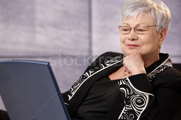 Kıdemli işkadını bakıyor bilgisayar ekranı dizüstü bilgisayar ekran Stok fotoğraf © nyul