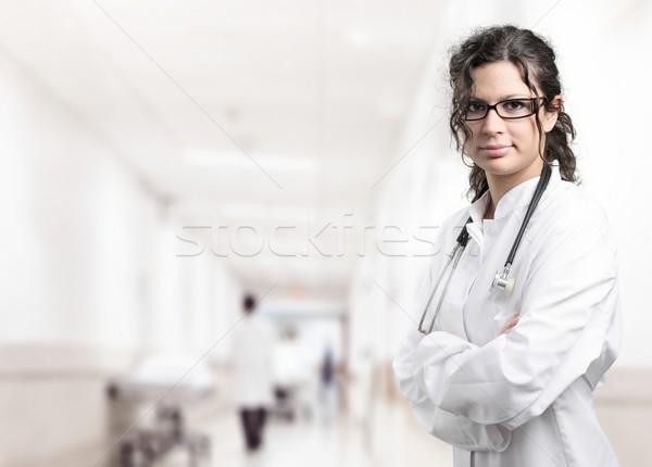 Ziekenhuis jonge vrouwelijke arts gang vrouw Stockfoto © nyul