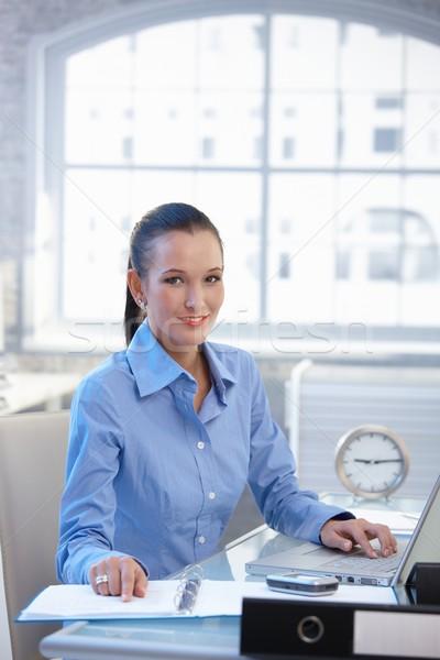 Photo stock: Souriant · bureau · fille · occupés · bureau · employé · de · bureau