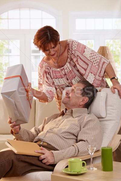 Idős pár ünnepel születésnap feleség ajándék Stock fotó © nyul