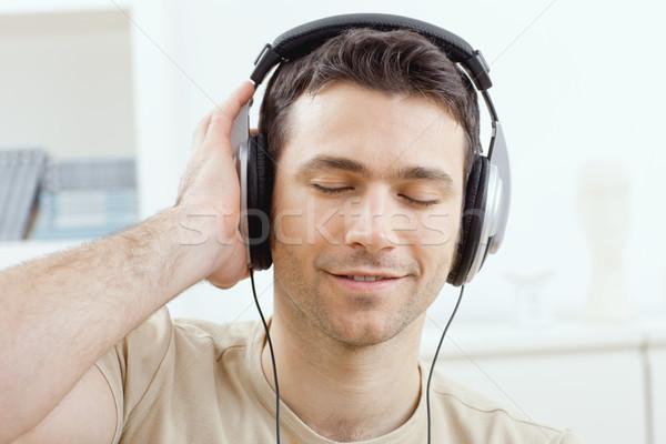 Foto stock: Hombre · escuchar · música · auriculares · casual · casa