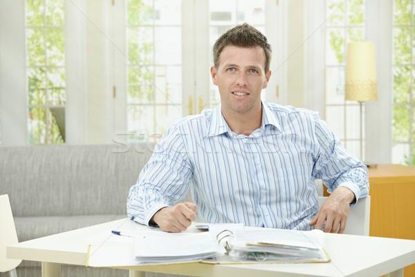Сток-фото: человека · рабочих · домой · сидят · таблице · гостиной