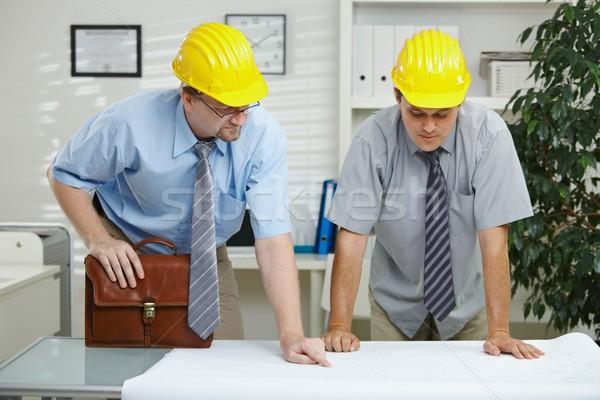 Сток-фото: рабочих · служба · планирования · глядя · план · столе
