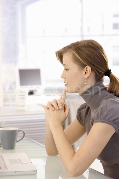Stockfoto: Aantrekkelijk · zakenvrouw · denken · bureau · jonge · vergadering