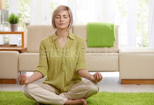 Foto d'archivio: Donna · yoga · meditazione · home · seduta · piano