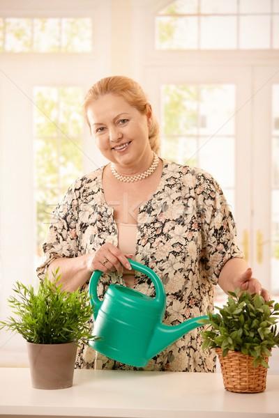 Foto stock: Mujer · plantas · casa · retrato · sonriendo