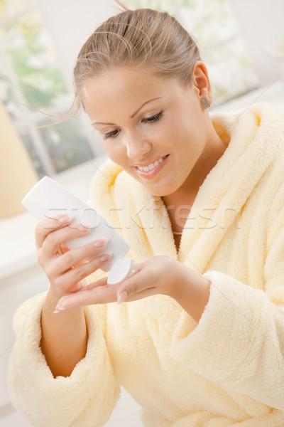 Foto stock: Mulher · corpo · loção · mulher · jovem · roupão · de · banho