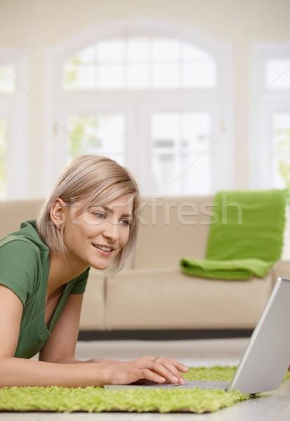 Mulher surfe internet casa feliz loiro Foto stock © nyul