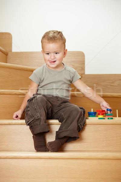 Pequeno menino jogar escada feliz sessão Foto stock © nyul