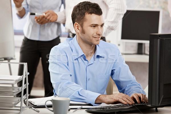 Сток-фото: бизнесмен · рабочих · компьютер · случайный · служба · сидят
