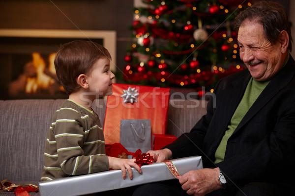 Foto stock: Pequeno · menino · ajuda · avô · natal