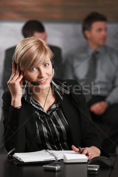Stok fotoğraf: Resepsiyonist · konuşma · telefon · genç · oturma · büro