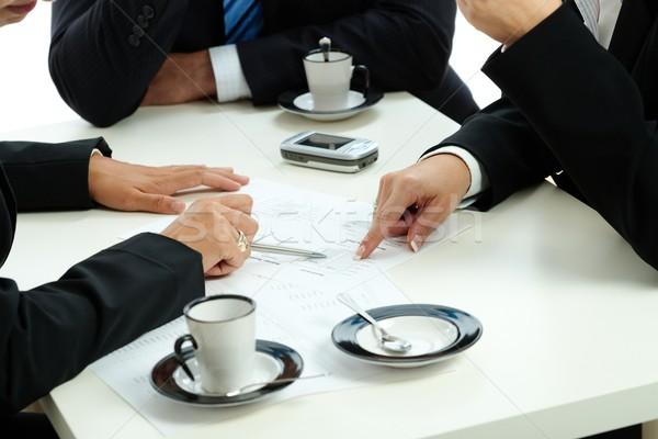 Mãos indicação negócio traçar reunião de negócios mesa de café Foto stock © nyul