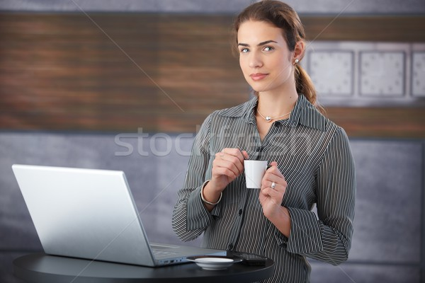 Csinos üzletasszony törik fiatal iszik kávé Stock fotó © nyul