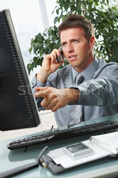 Stock fotó: üzletember · mutat · képernyő · asztal · problémás · munka