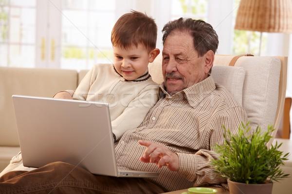 Foto stock: Avô · casa · juntos · neto · usando · laptop