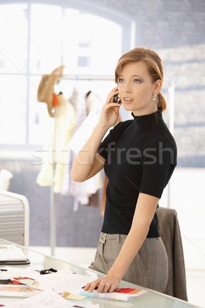 Atractivo moda disenador hablar móviles jóvenes Foto stock © nyul
