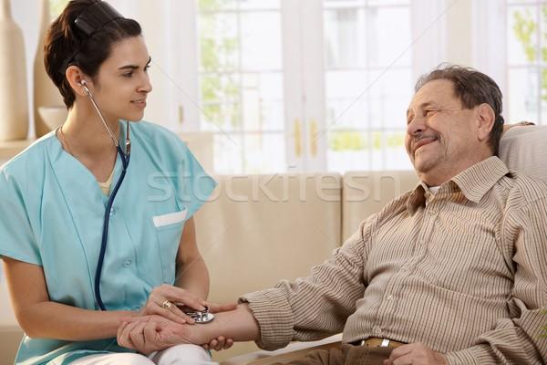 Foto stock: Médico · estetoscópio · feminino · pressão · arterial · senior