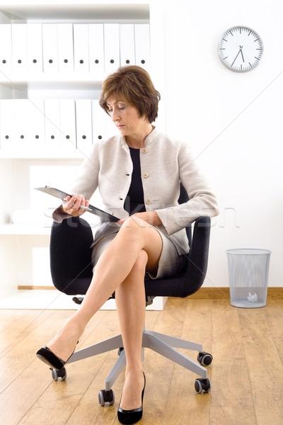 Starszy kobieta interesu biuro portret posiedzenia krzesło biurowe Zdjęcia stock © nyul
