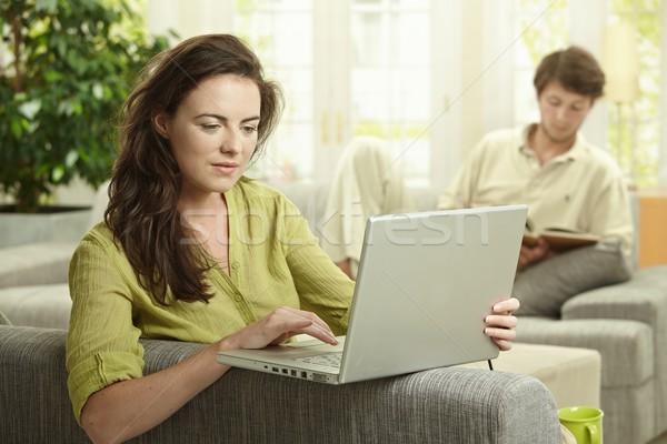 Vrouw met behulp van laptop computer paar home man Stockfoto © nyul