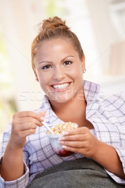 Jonge vrouwelijke vetarm ontbijt bed home Stockfoto © nyul
