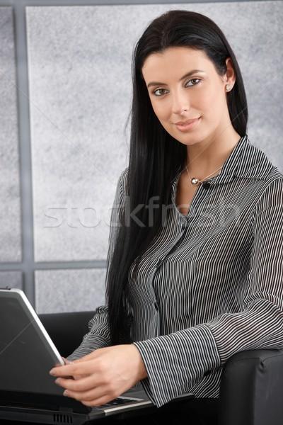 Zdjęcia stock: Portret · piękna · kobieta · interesu · laptop · uśmiechnięty · patrząc