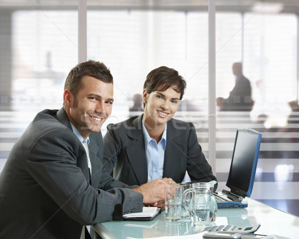 Foto stock: Reunión · de · negocios · empresario · mujer · de · negocios · sesión · escritorio · oficina