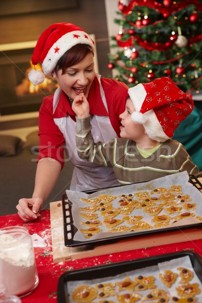 Mum Sohn Verkostung Weihnachten Kuchen lächelnd Stock foto © nyul