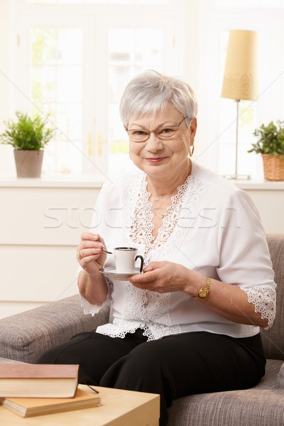 Stockfoto: Senior · vrouw · sofa · portret · vergadering