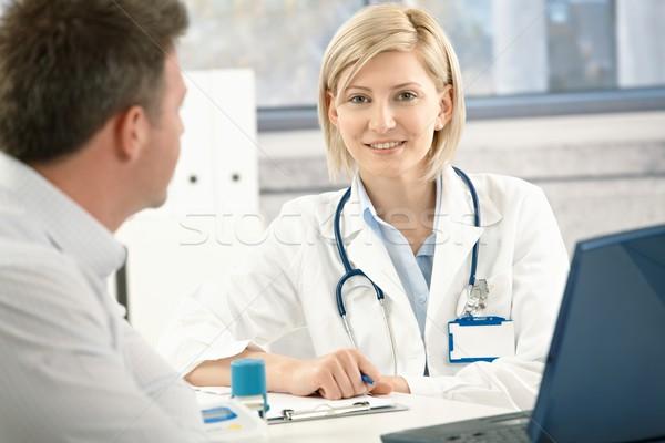Lächelnd Arzt Patienten sprechen Büro Gesicht Stock foto © nyul